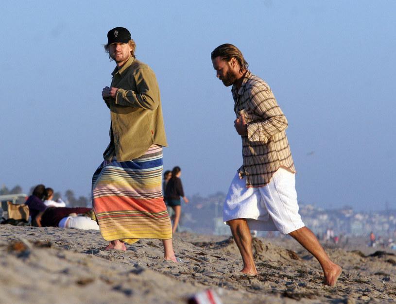 Owen Wilson (L) z bratem Andrew (P) we wrześniu 2007 roku, tuż po nieudanej probie samobójczej /FAMEFLYNET PICTURES / Backgrid USA /Agencja FORUM