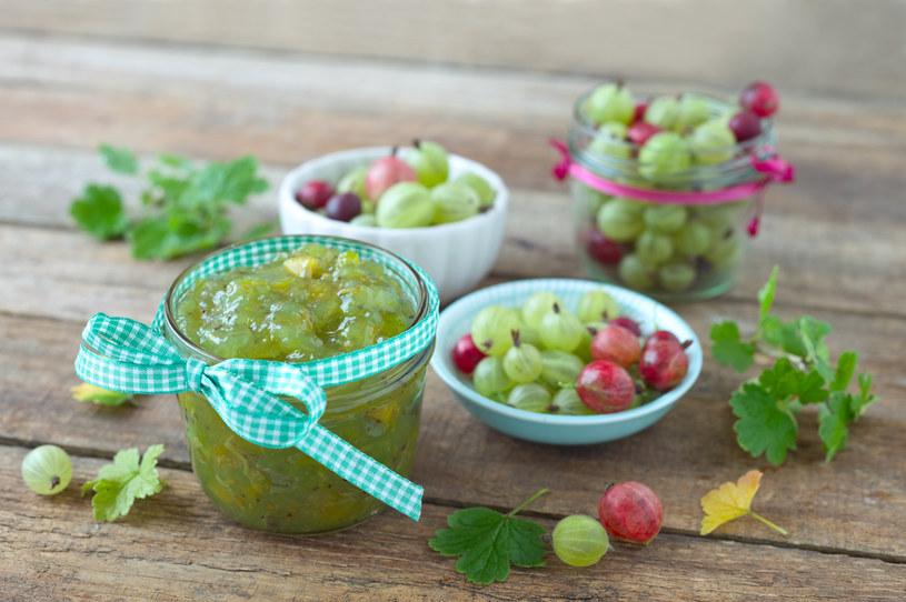Owoce agrestu można jeść na surowo, ale może być także dodatkiem do ciast i deserów /123RF/PICSEL