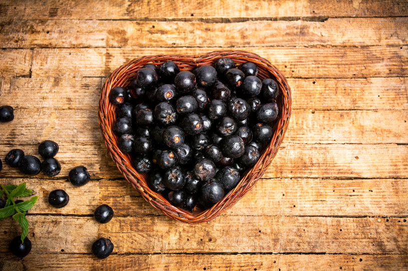 Owoce aronii korzystnie wpływają na serce i układ krążenia /123RF/PICSEL