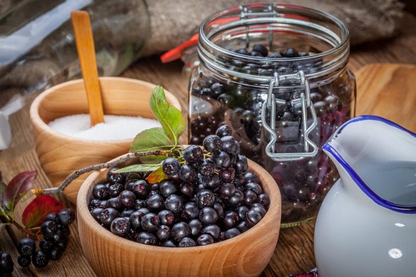 Owoce aronii mają cierpki smak, dlatego większą popularnością cieszą się jej przetwory /123RF/PICSEL