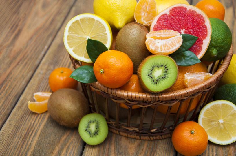 Owoce cytrusowe, w szczególności pomarańcze, są źródłem rozpuszczalnego błonnika, który może pomóc obniżyć poziom cholesterolu /123RF/PICSEL