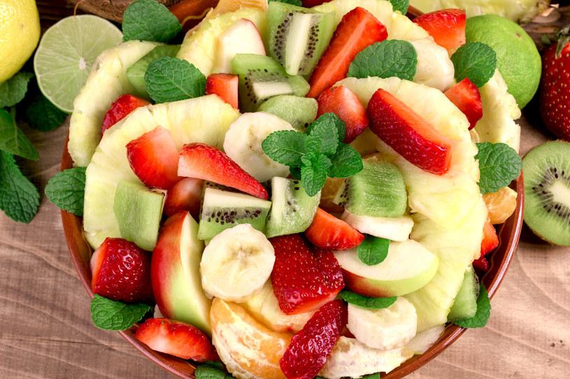 Owoce, które często są skłądnikami sałatek owocowych, mogą wywoływać alergie krzyżowe /123RF/PICSEL