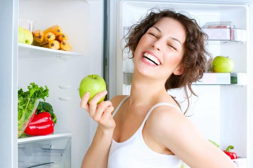 Owoce (np. jabłka) zawierają rodzaj rozpuszczalnego w wodzie błonnika – są to pektyny. Mają one zdolność eliminowania metali ciężkich (kobaltu, ołowiu) z organizmu, pomogą także wydalić azotany. /123RF/PICSEL