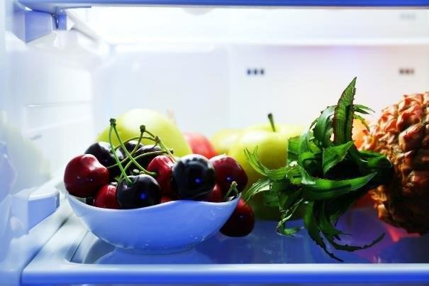 Owoce sezonowe najlepiej przesypać do miseczki i umyć dopiero przed spożyciem /123RF/PICSEL