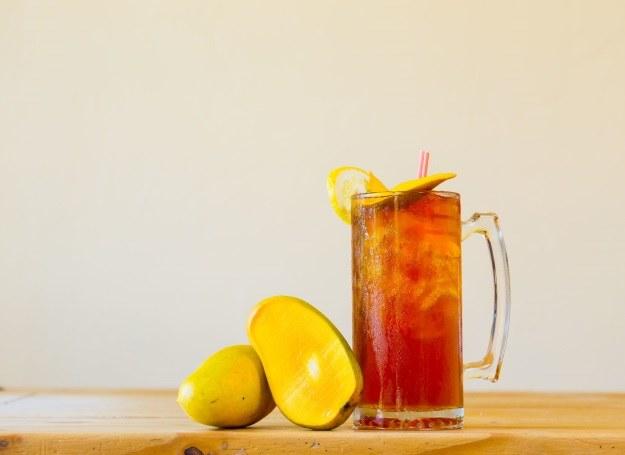 Owocowa herbata z kostkami lodu? Latem nic nie gasi pragnienia lepiej! /123RF/PICSEL