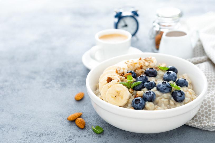 Owsianka jest idealną propozycją na śniadanie /123RF/PICSEL