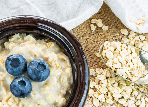 Owsianka z owocami to jeden z lepszych wyborów śniadaniowych /123RF/PICSEL