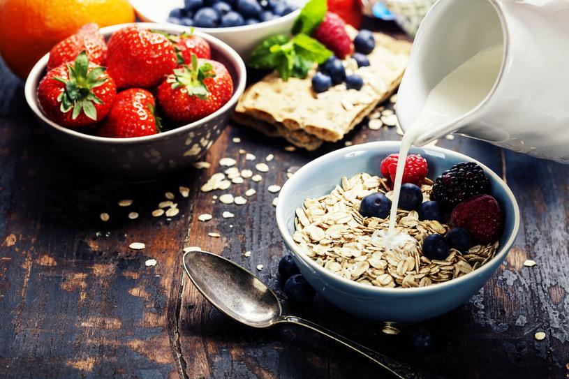 Owsiankę jedz z jagodami, są bogatym źródłem witaminy C /123RF/PICSEL