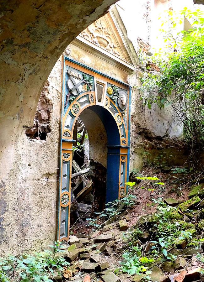 Ozdobny portal przypomina o dawnej świetności pałacu w Ratnie Dolnym /Dariusz Pietrucha /Odkrywca