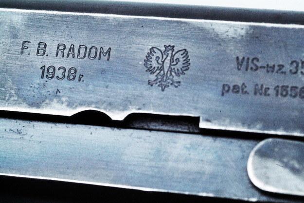 Oznaczenia wybijane na zamku pistoletu Vis /Agencja FORUM