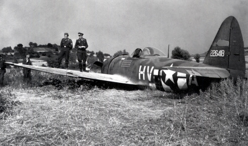 P-47D Thunderbolt Gabreskiego po awaryjnym lądowaniu w Niemczech /Bundesarchiv /materiały prasowe