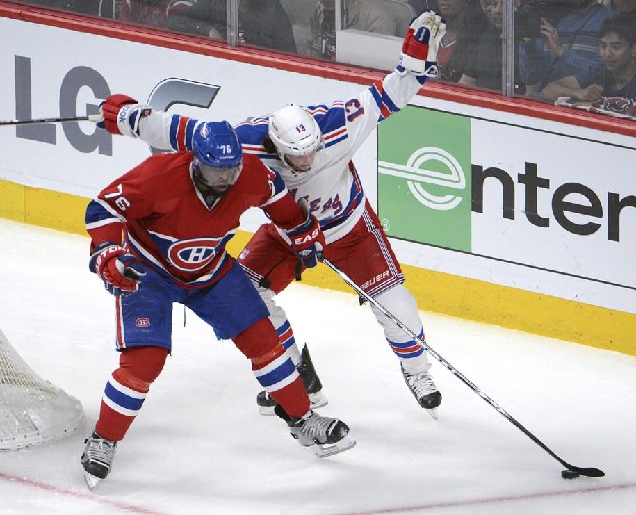 P.K. Subban z Montreal Canadiens (po lewej) i Daniel Carcillo z New York Rangers w drugim meczu rywalizacji /HELMUT FOHRINGER /PAP/EPA