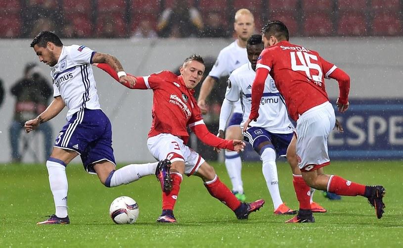 Pablo de Blasis (w środku) w starciu z zawodnikami Anderlechtu /AFP