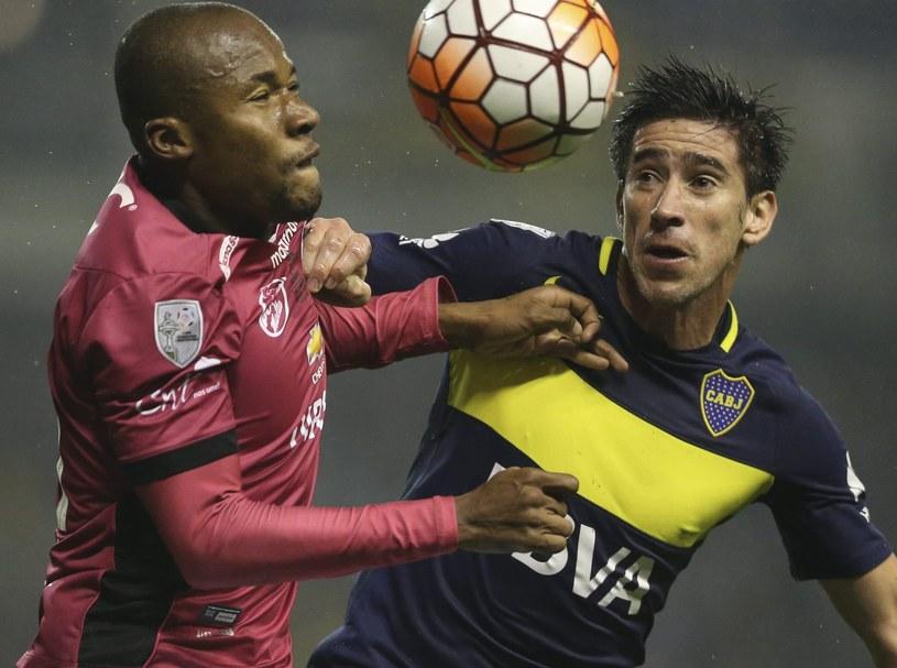 Pablo Perez (z prawej) z Boca Juniors i Julio Angulo z Independiente del Vall /PAP/EPA