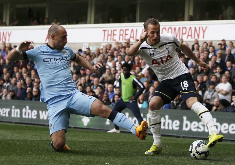 Pablo Zabaleta (z lewej) w walce o piłkę z Harrym Kane'm /AFP