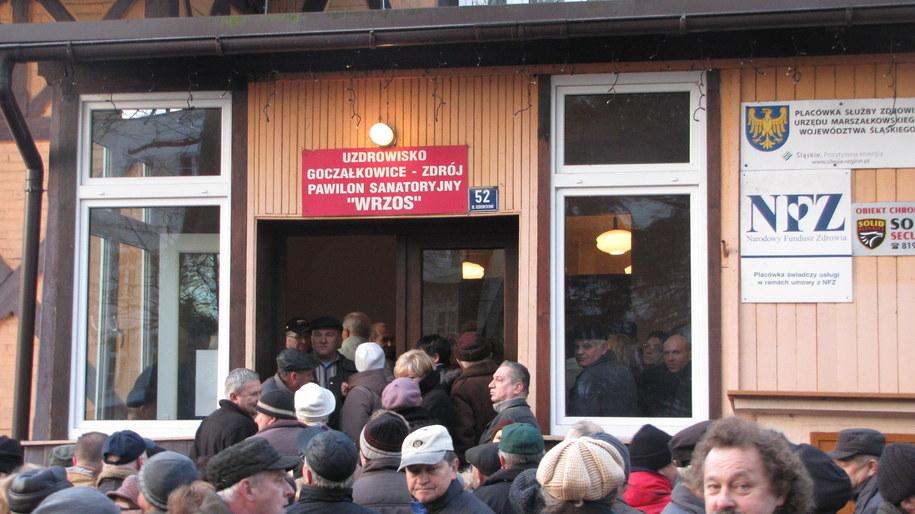 Pacjenci czekają w kolejce przed wejściem /Maciej Grzyb /RMF FM