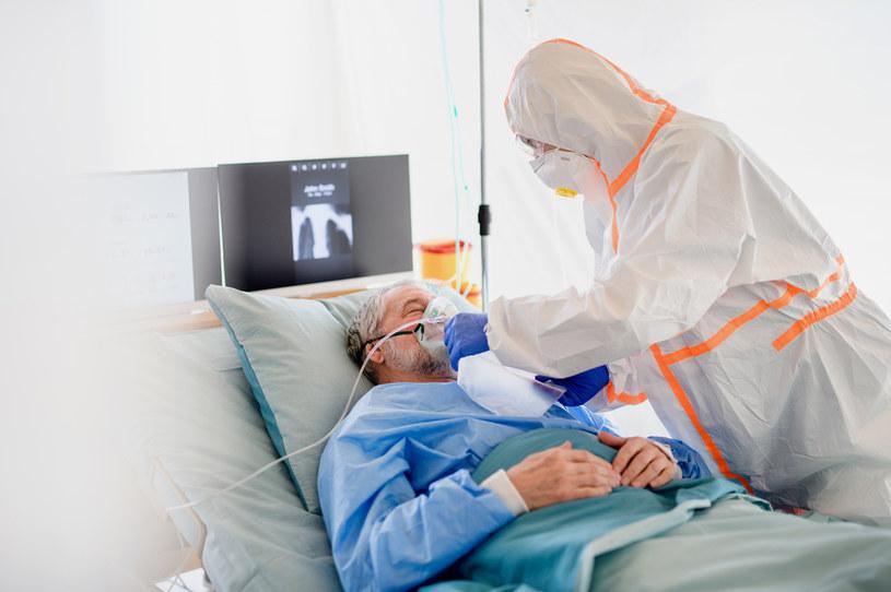 Pacjenci hospitalizowani z powodu COVID-19 ciężej przechodzą infekcję niż ci z grypą /123RF/PICSEL