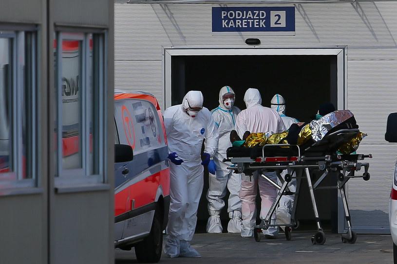 Pacjenci leczą się sami przy pomocy koncentratorów tlenu. Lekarz chorób płuc odradza i ostrzega przed konsekwencjami. Na zdjęciu pacjent przyjmowany do szpitala tymczasowego /fot. Paweł Relikowski/Polska Press /East News