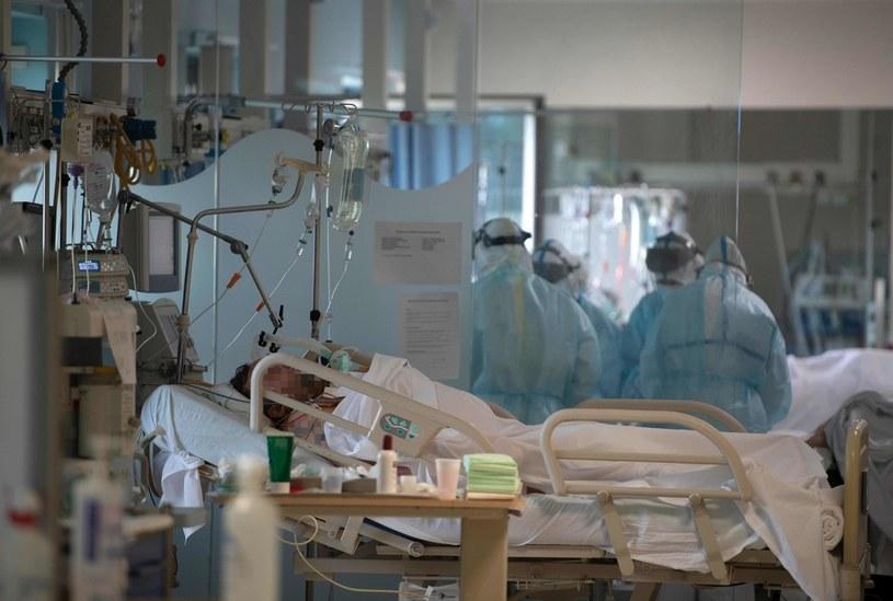 Pacjenci na intensywnej terapii w jednej z klinik w Madrycie /AFP