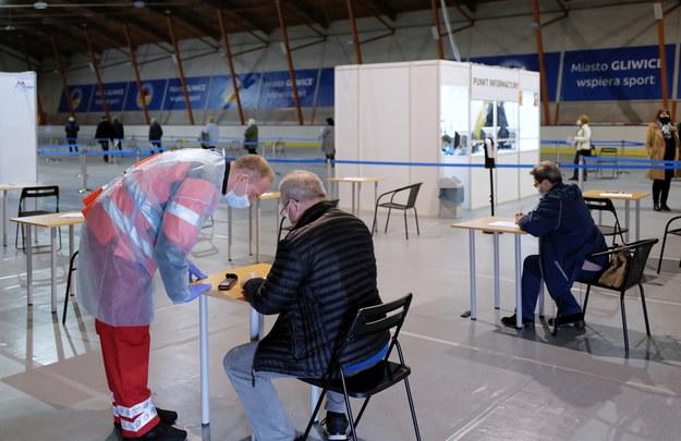 Pacjenci oczekujący w punkcie szczepień przeciw COVID-19 na terenie lodowiska Tafla w Gliwicach, /Andrzej Grygiel /PAP