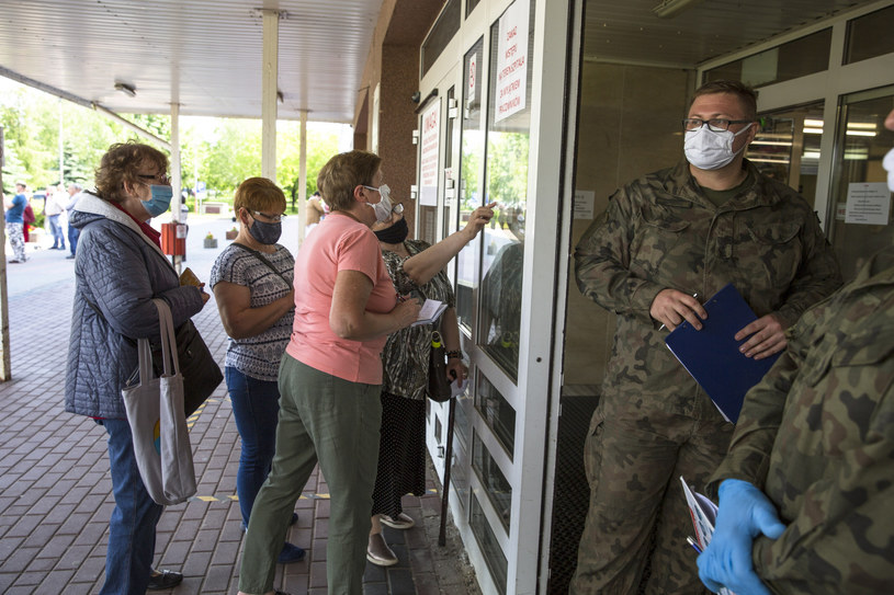 Pacjenci przed szpitalem w Łomży. Pomiar tempertaury prowadzą żołnierze WOT /MAREK MALISZEWSKI/REPORTER /Reporter