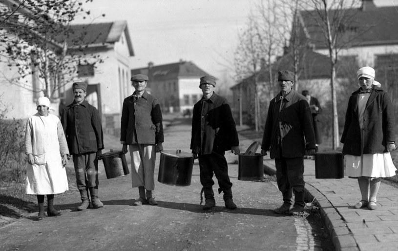 Pacjenci Szpitala dla Nerwowo i Psychicznie Chorych w Kobierzynie podczas pracy (1931) /Ze zbiorów Narodowego Archiwum Cyfrowego