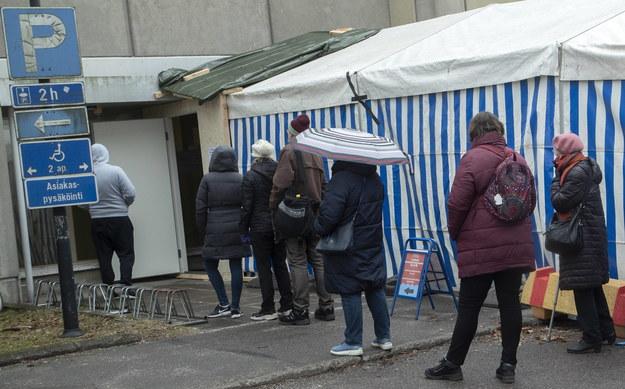 Pacjenci ustawiający się przed szpitalem w Helsinkach, w którym robione są testy na koronawirusa /MAURI RATILAINEN /PAP/EPA