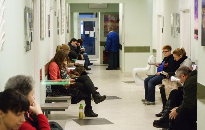 Pacjenci zmagający się z poważnymi chorobami nie powinni przerywać leczenia /Andrzej Stawiński /East News
