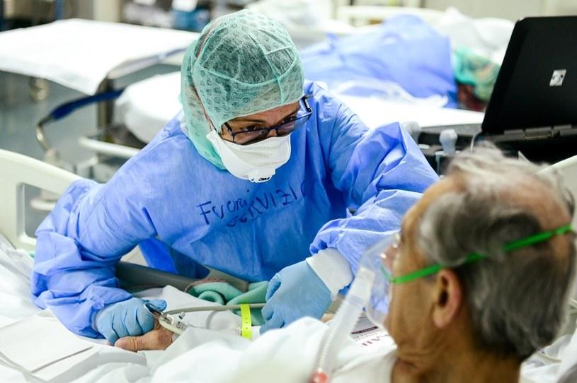 Pacjent chory na COVID-19 w szpitalu w Bergamo; zdj. ilustracyjne /Piero CRUCIATTI /AFP