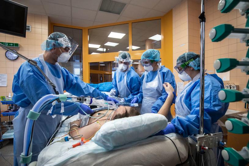 Pacjent chory na COVID-19 w szpitalu w Pradze /Gabriel Kuchta /Getty Images