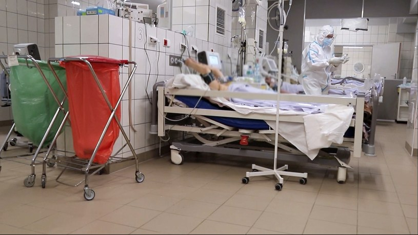 Pacjent chory na COVID-19 w szpitalu zakaźnym /Polsat News