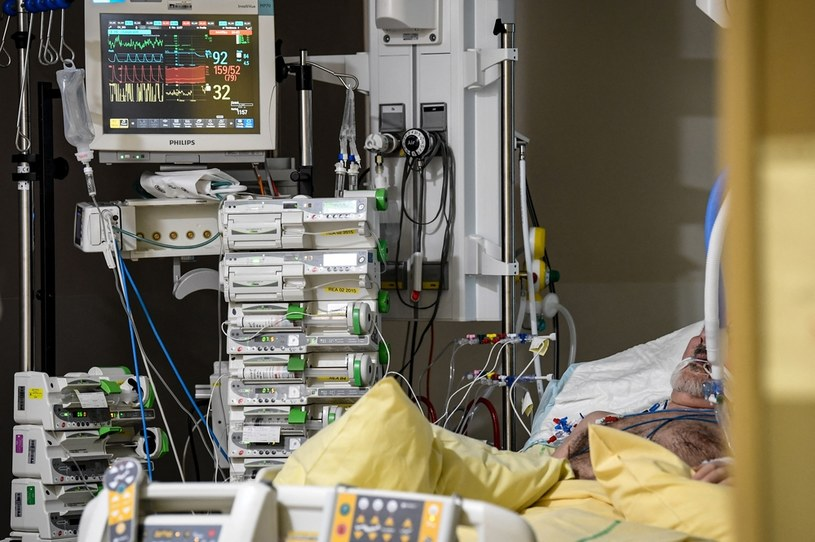 Pacjent chory na covid w paryskim szpitalu /AFP