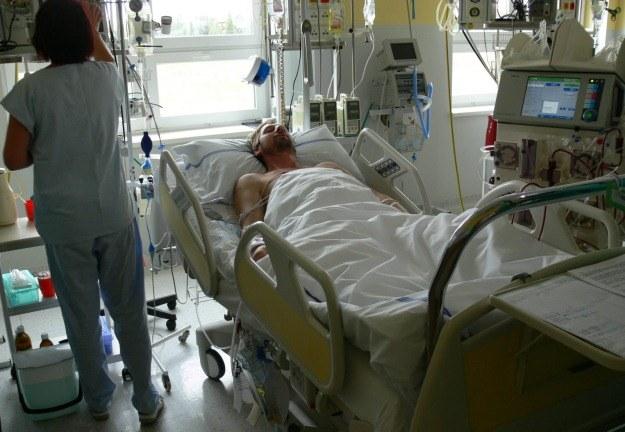 Pacjent, który zatruł się alkoholem, w szpitalu w Opawie /PAP/EPA