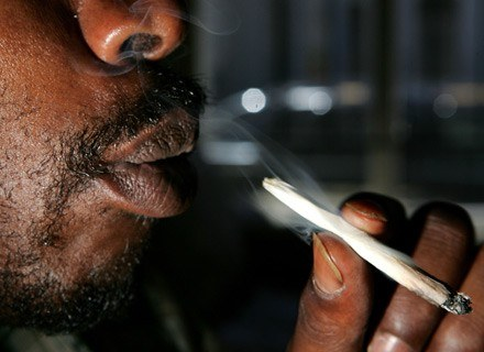 Pacjent pali jointa w Alternative Herbal Health Service. San Francisco, 13 lipca 2006 /AFP