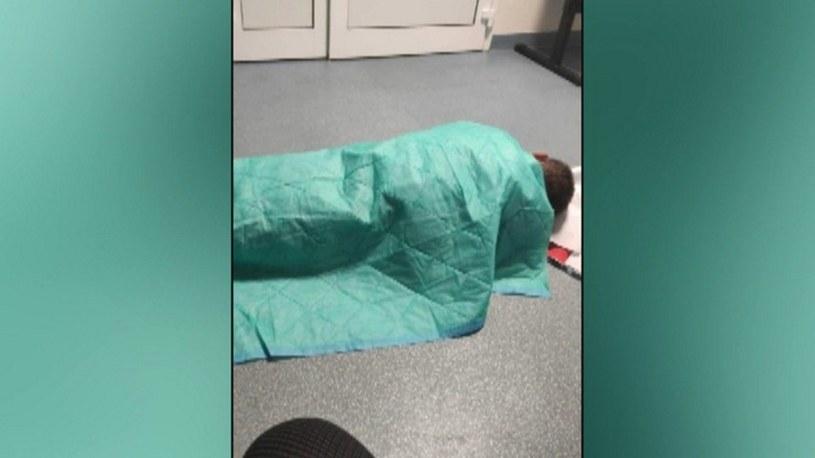 Pacjent przez kilka godzi usiłował uzyskać pomoc. /Polsat News /Polsat News