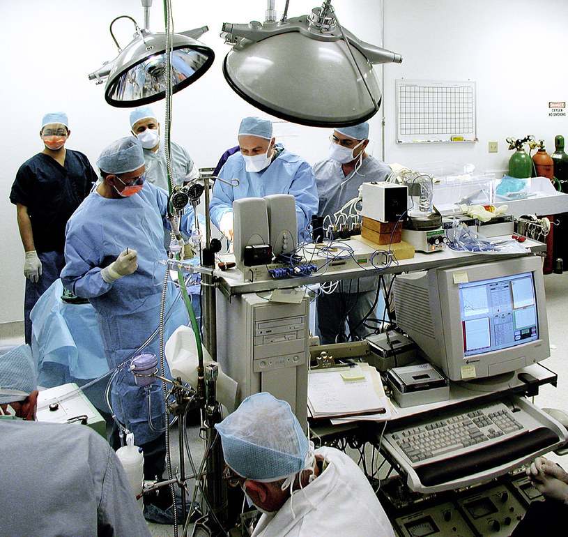 Pacjent przygotowywany przez sztab lekarzy do krioprezerwacji - zdjęcie udostępione przez Alcor Life Extension Foundation /materiały prasowe