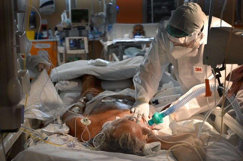 Pacjent z koronawirusem  na intensywniej terapii /AFP