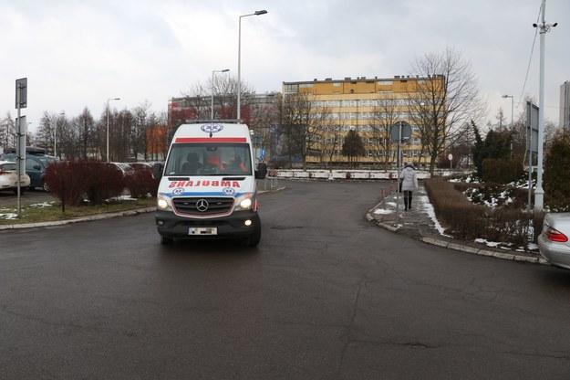 Pacjent z koronawirusem zmarł w karetce. Prokuratura wszczęła śledztwo