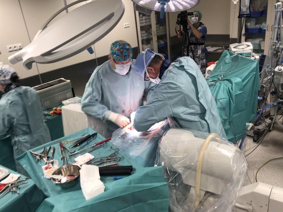 Pacjentką była 13-letnia dziewczynka. Lekarze za pomocą tytanowych protez i śrub wyprostowali jej kręgosłup. /Aneta Łuczkowska, RMF FM /RMF FM
