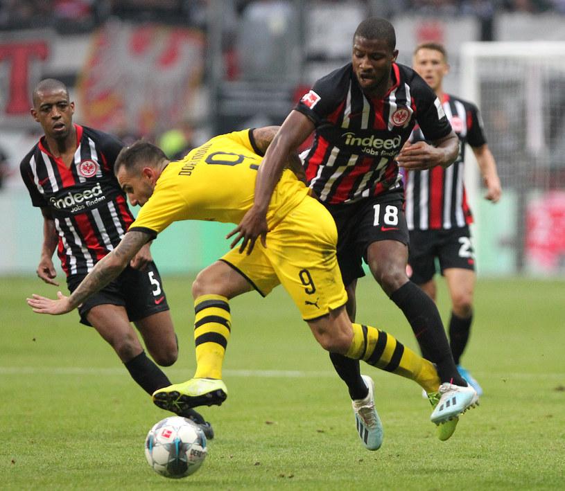 Paco Alcacer i Almamy Toure walczą o piłkę /DANIEL ROLAND /AFP