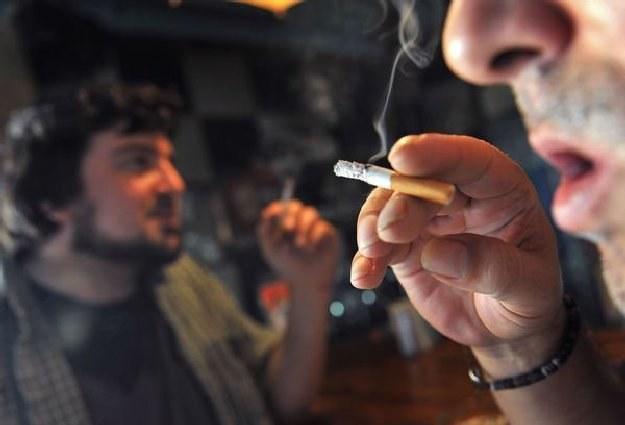 Paczka papierosów podrożeje od 60-90 groszy, nielegalny rynek zyska około 2,5 proc. /AFP