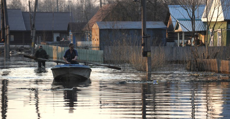Padające od dwóch tygodnie silne deszcze doprowadziły do powodzi i podtopień /AFP