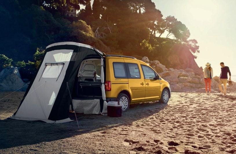 """Pakiet """"Camping"""" umożliwia powiększenie campera do rozmiarów małego domu wakacyjnego, gwarantując cień na plaży w nawet największe słońce/ VW Samochody Użytkowe /materiały prasowe"""
