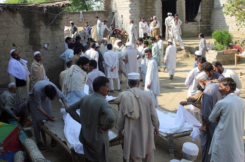 Pakistan. Żałobnicy gromadzą się wokół ciał ofiar strzelaniny. /AFP