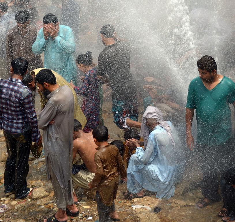 Pakistańczycy chłodzą się wodą /AFP