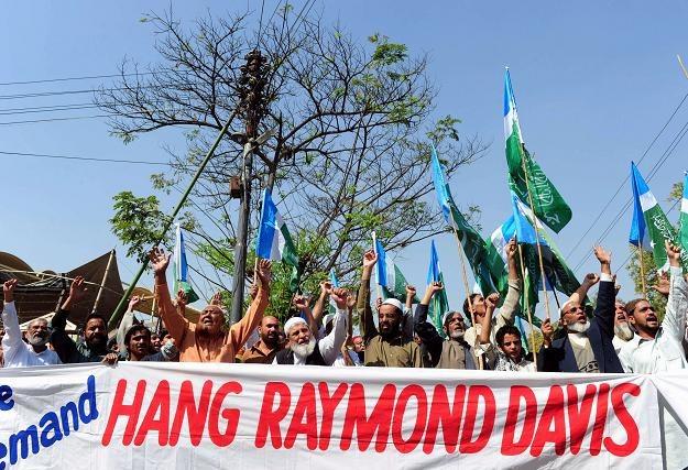 Pakistańczycy domagający się powieszenia Raymonda Daviesa /AFP