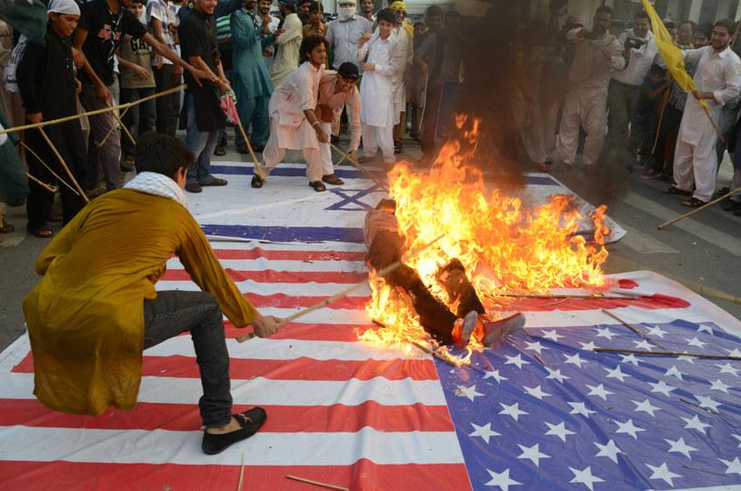 Pakistańczycy palą kukłę Baracka Obamy /AFP
