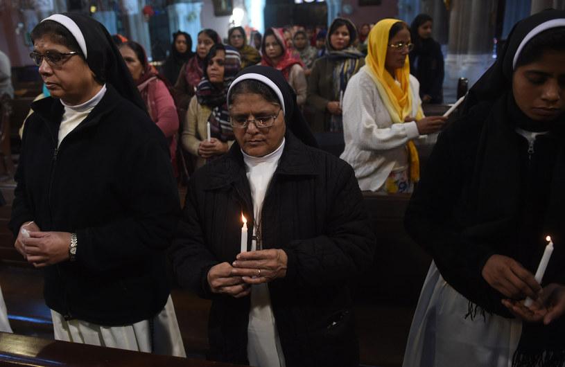 Pakistańscy chrześcijanie w trakcie nabożeństwa żałobnego po ataku na kościół w Lahore w 2017 r. /ARIF ALI  /AFP