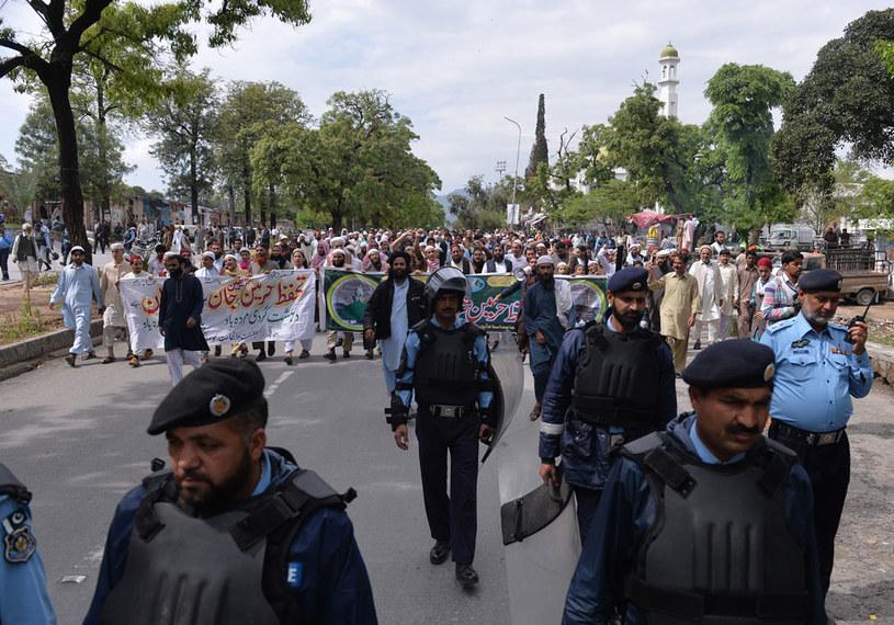 Pakistańska policja ochrania manifestację Ahle Sunnat Wal Jamaat w 2015 roku /AFP