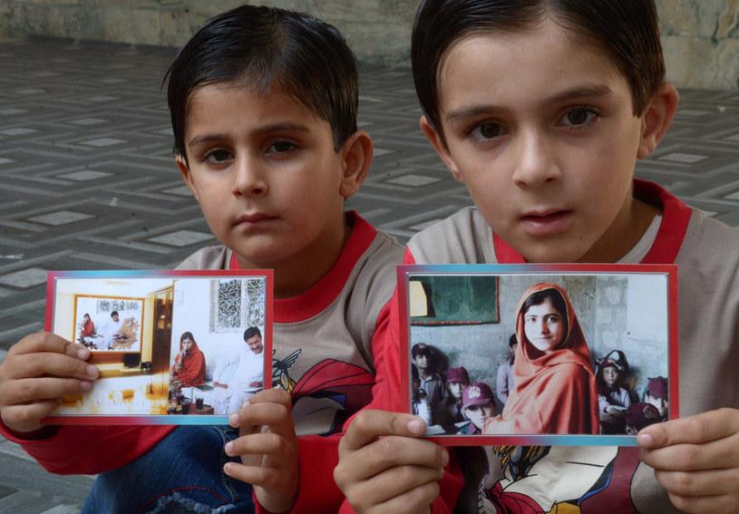 Pakistańskie dzieci ze zdjęciami Malali /AFP